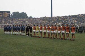 WK 1974 Nederland - Oost-Duitsland 2-0:  Nederlands Elftal tijdens Volkslied