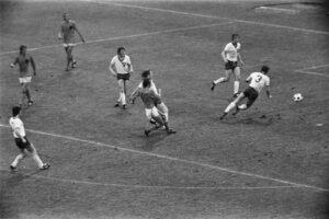 WK 1974 Nederland - Oost-Duitsland 2-0:  Rensenbrink (15) scoort-2-0