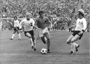 Johan Cruyff net voor de overtreding van Uli Hoeneß in de Finale WK 1974 Nederland - West-Duitsland