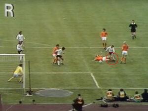 De overtreding die geen overtreding is van Wim Jansen op Bernd Hölzenbein met de Duitse strafschop als gevolg in de Finale WK 1974 Nederland - West-Duitsland