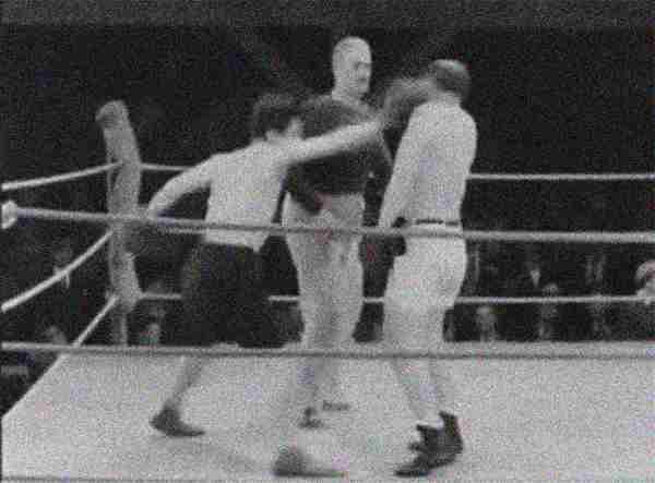 Een boksende Charlie Chaplin