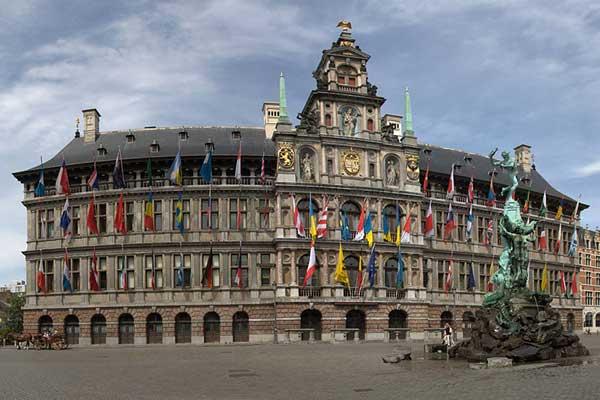 De Grote Markt met het stadhuis en het standbeeld van Brabo