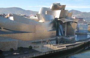 Het Guggenheim Museum in Bilbao aan de rivier de Nervión
