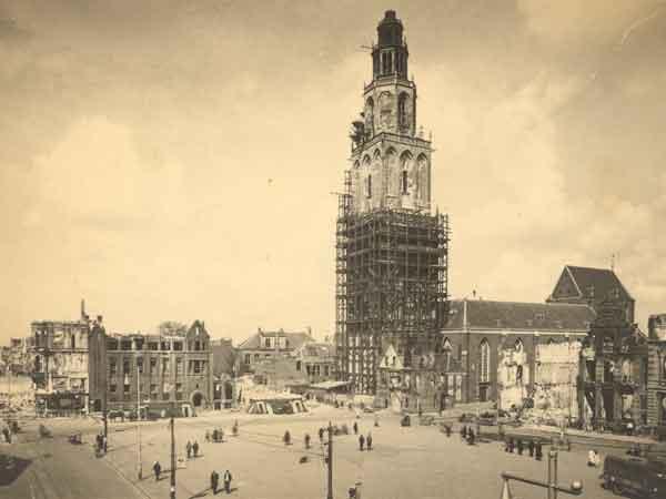 De Martinitoren in de steigers na zware beschietingen bij de bevrijding van Groningen in april 1945