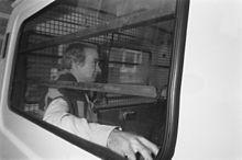 Ferdi Elsas in een arrestantenbus bij aankomst bij de rechtbank te Haarlem, 14 juli 1988