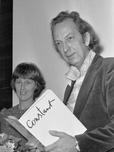 Constant Nieuwenhuijs ontvangt David Roëllprijs (1974) Naast hem zijn derde echtgenote, Nel