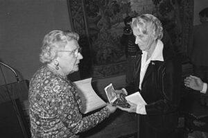 Van Pallandt ontvangt Singer Prijs (1980) uit handen van prinses Juliana