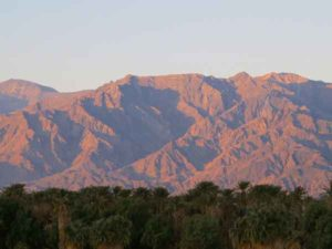 Top 10 heetste plaatsen op aarde, Furnace Creek oase en de Panamint Range in Death Valley