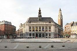 Stadhuis Charleroi met belfort aan het centrale plein Karel II