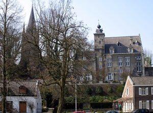 Huis De Torentjes en de kerk van Sint-Pieter boven gezien vanaf de Lage Kanaaldijk