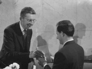 Gerard Wiarda (links) reikt televisieprijs uit aan Milo Anstadt (1960)