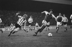 13 maart 1982, eredivisie. PSV-Feyenoord 1-2. Ben Wijnstekers (aan de bal), achtervolgd door Hallvar Thoresen (PSV).