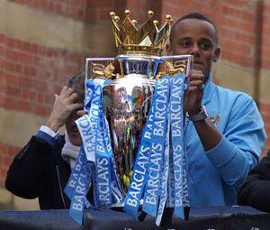 Kompany met de Premier League-trofee (2012).