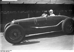 Hans Stuck in een Mercedes op de AVUS in 1932.