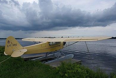 Een Canadees geregistreerde Piper J-3 Cub op drijvers