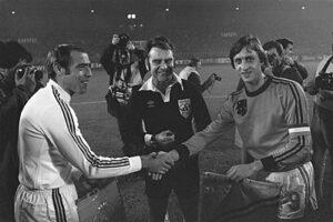 Lambert (links) met Johan Cruijff (1977).