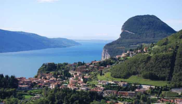 Top 14 grootste meren in Italië met een oppervlakte ></noscript>10 km²